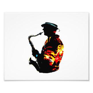 Vista lateral tropical del jugador de saxofón arte con fotos