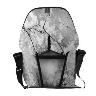 Vista negra y blanca de la lámpara bolsas de mensajería