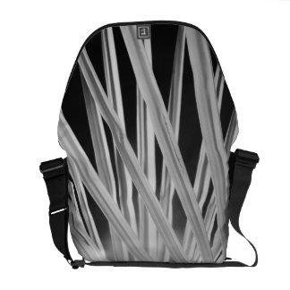Vista negra y blanca de las frondas de la palmera bolsas de mensajería