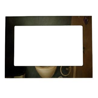 Vista oscurecida de una cómoda marcos magneticos para fotos