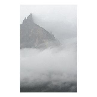 Vista panorámica de montañas en la niebla papeleria de diseño