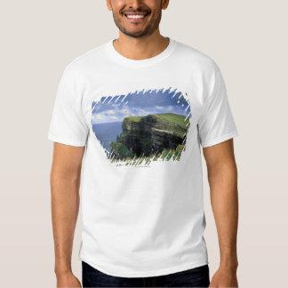vista panorámica de un acantilado por la playa camisas