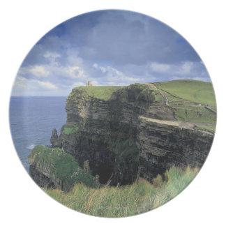 vista panorámica de un acantilado por la playa plato