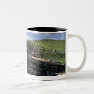 vista panorámica de un acantilado por la playa taza de café