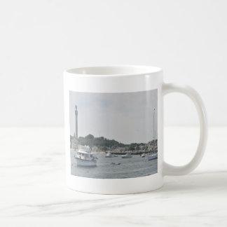Vista panorámica del puerto de Provincetown Taza Básica Blanca