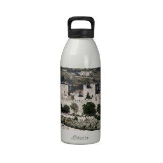 Vista para un Torre de Davi e o Domo DA Rocha Botella De Agua Reutilizable