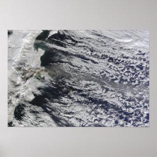 Vista por satélite de un penacho de la ceniza póster