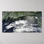 Vista por satélite del aceite que se escapa 2 póster