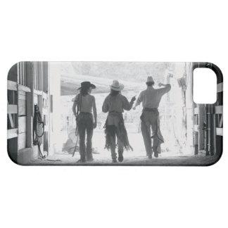Vista posterior de tres peones que salen del iPhone 5 carcasa