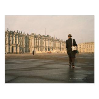 Vista posterior de un hombre que camina delante de postal