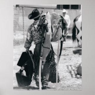 Vista posterior del vaquero que acarrea el engrana póster
