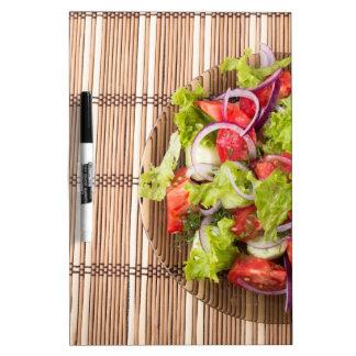 Vista superior de la ensalada vegetariana en una pizarras
