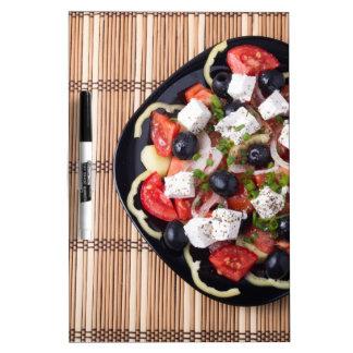 Vista superior de la ensalada vegetariana en una tableros blancos