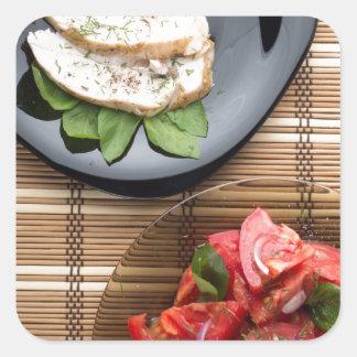 Vista superior de la tabla con una comida pegatina cuadrada