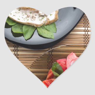 Vista superior de la tabla con una comida pegatina en forma de corazón