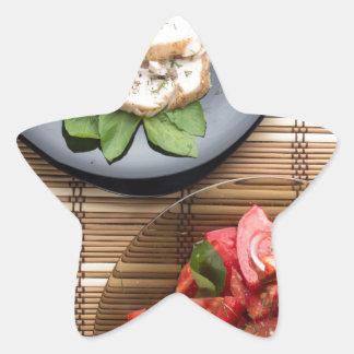 Vista superior de la tabla con una comida pegatina en forma de estrella