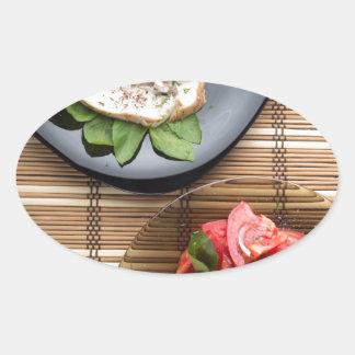 Vista superior de la tabla con una comida pegatina ovalada