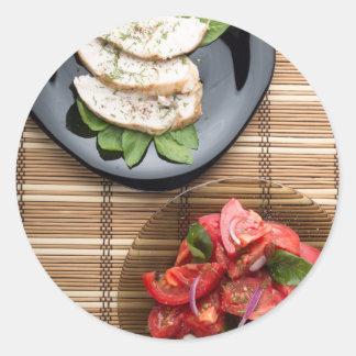 Vista superior de la tabla con una comida pegatina redonda