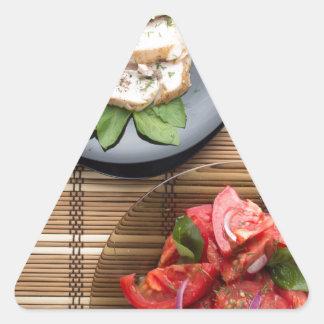 Vista superior de la tabla con una comida pegatina triangular