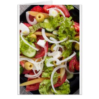 Vista superior de una ensalada hecha de verduras tarjeta de felicitación
