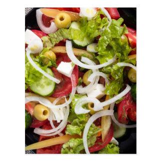 Vista superior de una ensalada hecha de verduras tarjeta postal