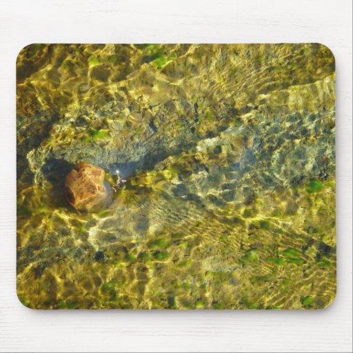 Vista superior del guijarro en agua corriente en e tapetes de raton