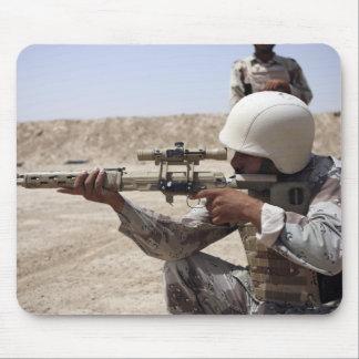 Vistas iraquíes del sargento de ejército en abajo tapetes de ratón