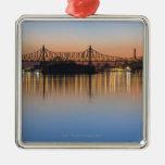 Visto de Manhattan sobre el East River. Adorno Cuadrado Plateado