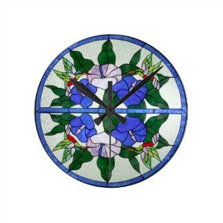 Vitral floral hermoso con los colibríes relojes de pared