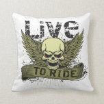 Viva para montar el cráneo con las alas almohadas