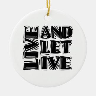 Viva y deje vivo adorno navideño redondo de cerámica