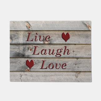 Vive el amor de la risa en el lado de un granero felpudo