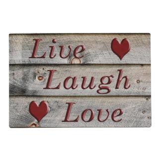 Vive el amor de la risa en el lado de un granero salvamanteles