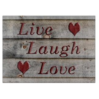 Vive el amor de la risa en el lado de un granero tabla para cortar