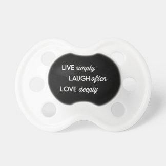 Vive simplemente, la risa a menudo, ama chupete de bebe