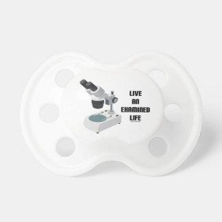 Vive una vida examinada (el microscopio) chupetes para bebés