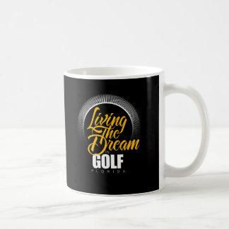 Viviendo el sueño en golf taza básica blanca