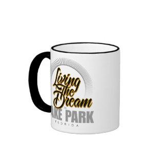 Viviendo el sueño en parque del lago tazas de café