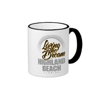 Viviendo el sueño en playa de la montaña taza de café