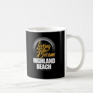Viviendo el sueño en playa de la montaña taza básica blanca