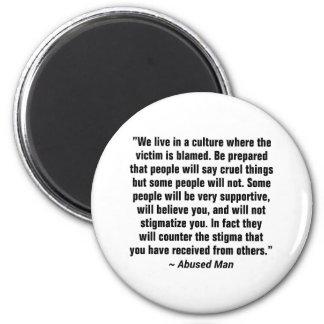 Vivimos en una cultura donde la víctima… imán redondo 5 cm