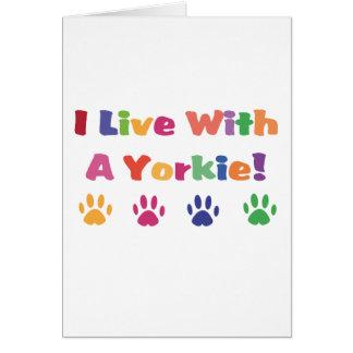 Vivo con un Yorkie Tarjeta De Felicitación