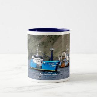 Vixen, barco del cangrejo en el puerto holandés, taza de dos tonos