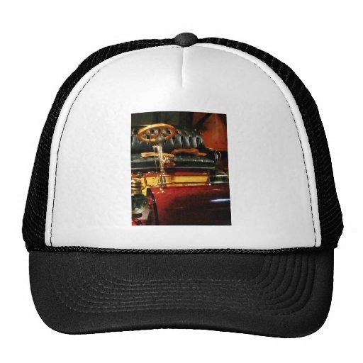Volante de madera en el coche pasado de moda gorras de camionero