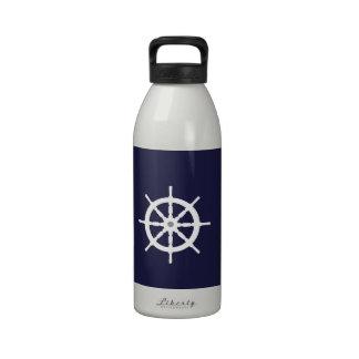 Volante en fondo de los azules marinos botellas de beber