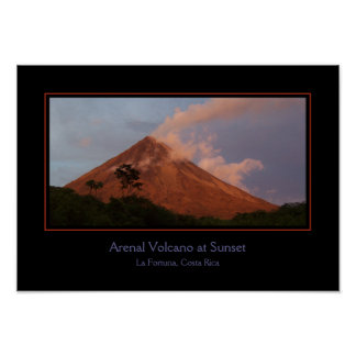 Volcán de Arenal en el poster de la puesta del sol