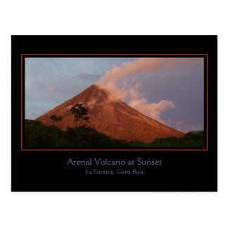 Volcán de Arenal en la postal de la puesta del sol