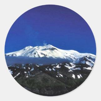 Volcán de la isla de Kiska Pegatinas Redondas