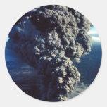 Volcán que fuma pegatina redonda