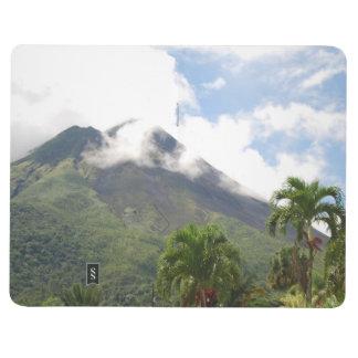 Volcán y palmeras tropicales cuaderno grapado
